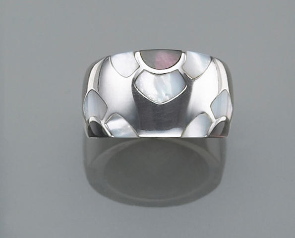 A black and white mother-of-pearl and eighteen karat white gold inlay ring, Van Cleef & Arpels