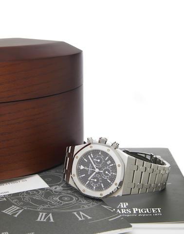 Audemars Piguet. A fine large stainless steel self-winding chronograph bracelet watch with calendarRoyal Oak, No.6686, Case No.F03930, circa 2004