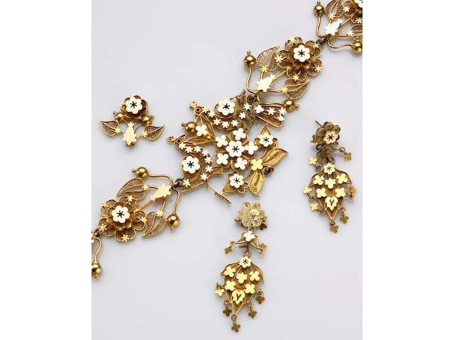 A 22k gold filigree floral motif necklace