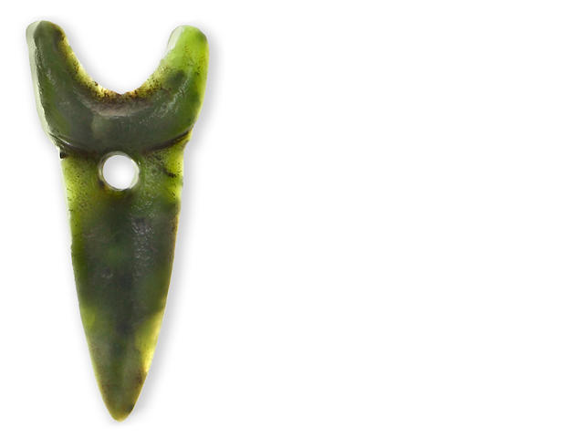 A rare Maori jade imitation shark tooth earring length 1 5/8in