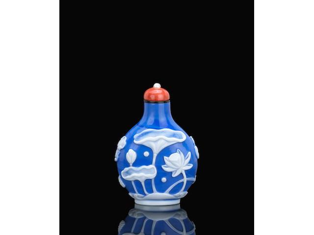 A white overlay blue glass snuff bottle 白套藍料荷塘春色鼻煙壺 1750-1850