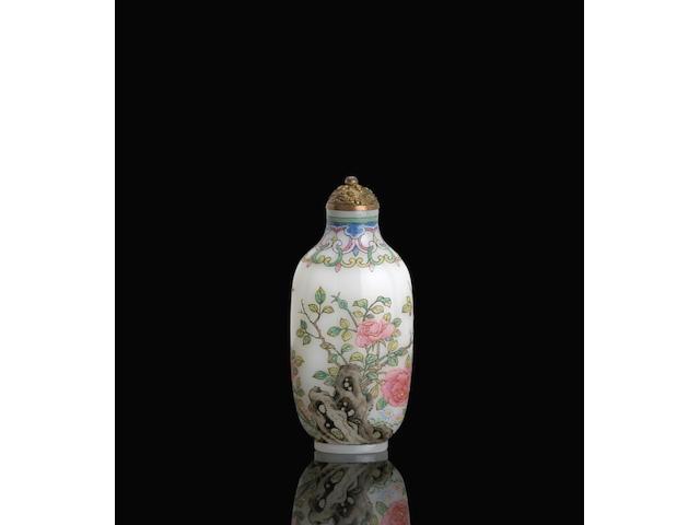 A famille rose enameled glass snuff bottle 白料胎畫琺瑯百花富貴鼻煙壺 Qianlong mark, Attributed to Wang Xisan 乾隆款,傳王習三