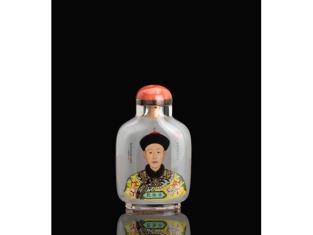 An inside-painted glass portrait snuff bottle 玻璃內畫乾隆肖像御爾鼻煙壺 Wang Xisan, 1981 王習三