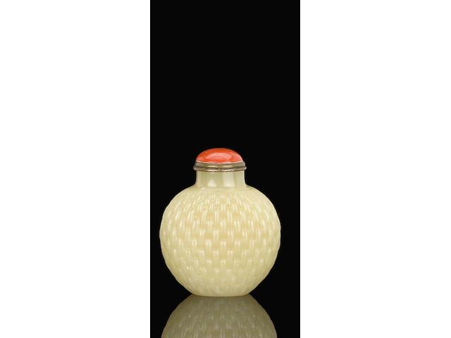 A carved yellow jade snuff bottle 黃玉刻芭斗紋鼻煙壺 1780-1850