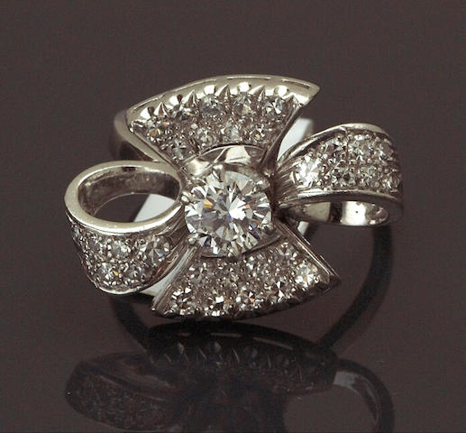 A diamond bow motif ring