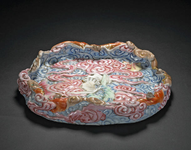 A famille rose enameled porcelain palette dish with molded bat and cloud design (bitian) Jiaqing/Daoguang Period