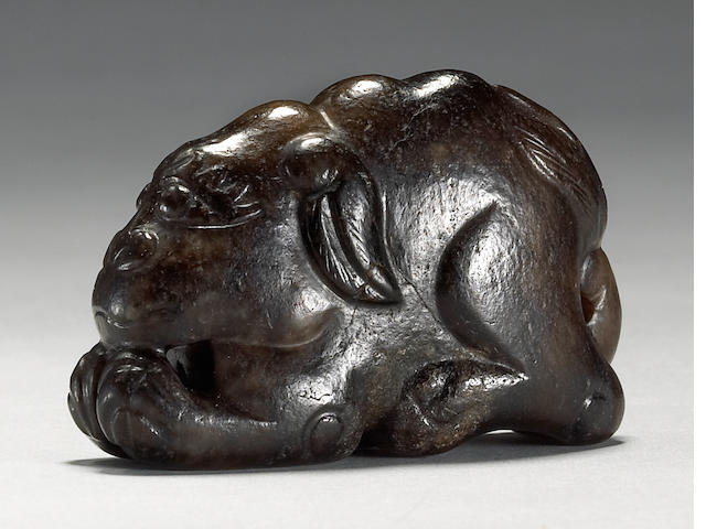 A small black nephrite carving of a lion, 17th/18th Century
