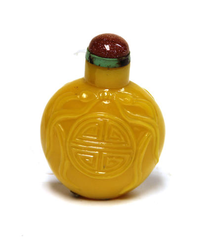 A Chinese oversize yellow glass snuff bottle with Shu motif, tiger eye stopper