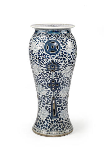 A Chinese blue and white porcelain vase table