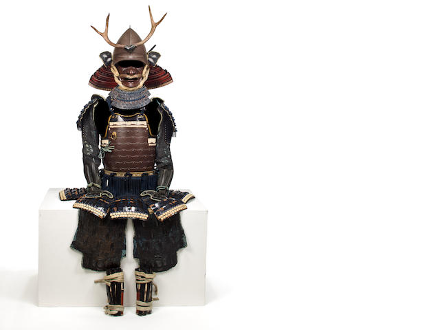 An armor with an okegawa yokohagi do and a momonari helmet, antler maedate