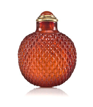 An amber snuff bottle with carved basket weave pattern 1730-1840