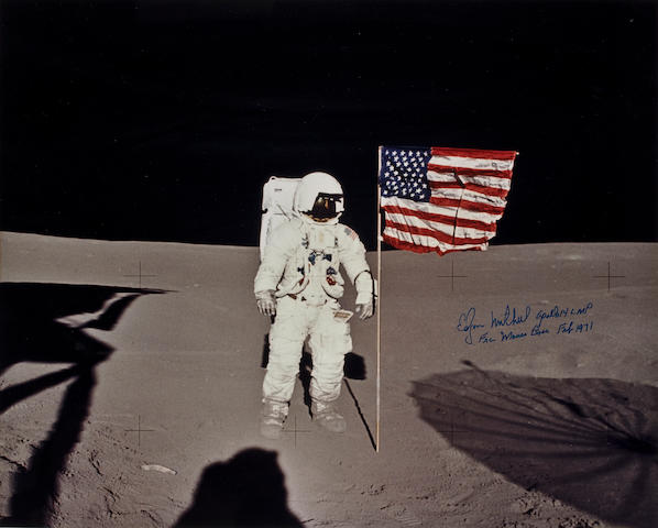 ALAN SHEPARD PHOTOGRAPHS EDGAR MITCHELL WITH OLD GLORY