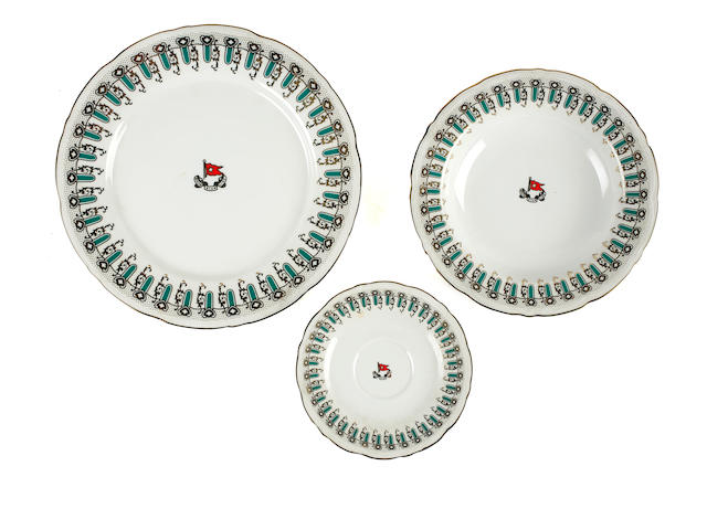 """[TITANIC 1997 MOVIE] A set of three reproduction """"Wisteria"""" pattern plates<BR /> 1998 10-1/2 in. (   cm.) diameter the largest. 3"""