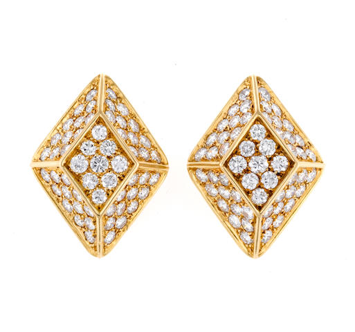 A pair of diamond geometric earclips, French