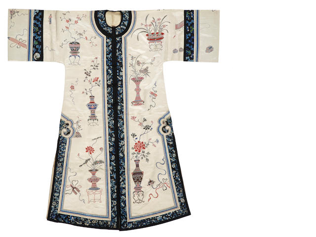 An elaborately embroidered ivory silk ground lady's coat Late Qing/Republic period
