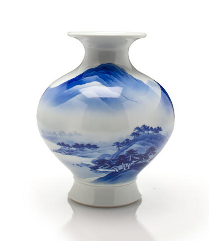 A blue-and-white porcelain vase By Makuzu Kozan II (Miyagawa Hanzan, 1859-1940)