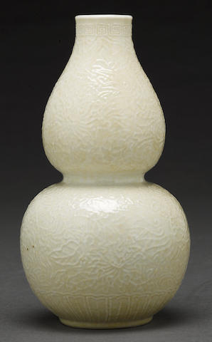 A molded white glazed porcelains double gourd vase