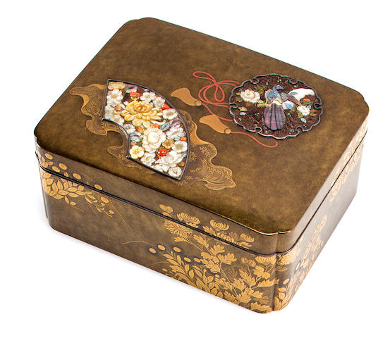 Lacquer box with fan-shaped reserves of shell inlays (losses)