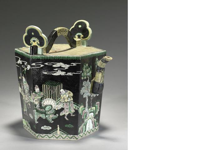 A famile verte enameled porcelain ewer Late Qing/Republic period