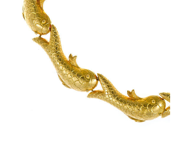 An eighteen karat gold fish necklace