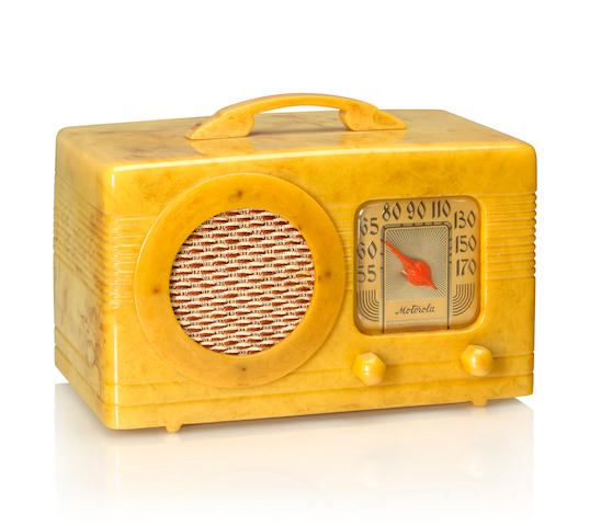 A Motorola 50XC Circle Grille 1940 Alabaster case with matching knobs, speaker bezel and handle. height 5 3/4in (14.5cm); length 9 5/8in (24.5cm); depth 5 1/8in (13cm)