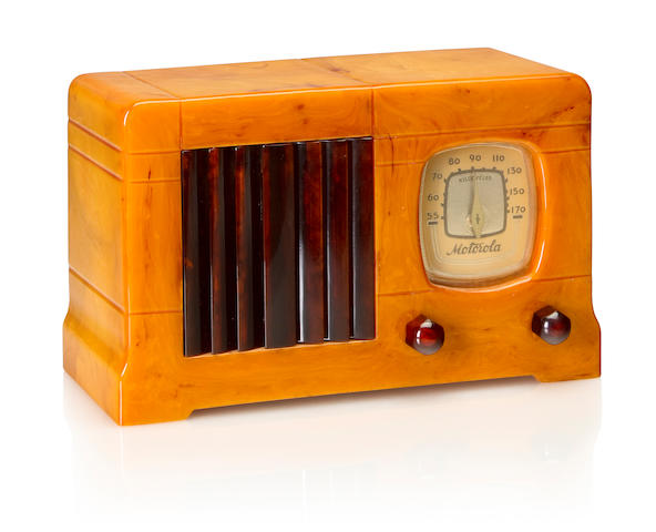 A Motorola 52 1939 Sand case with tortoise knobs and vertical louvered grille. height 5 3/4in (14.5cm); length 9 3/8in (23.8cm); depth 4 3/8in (11.4cm)