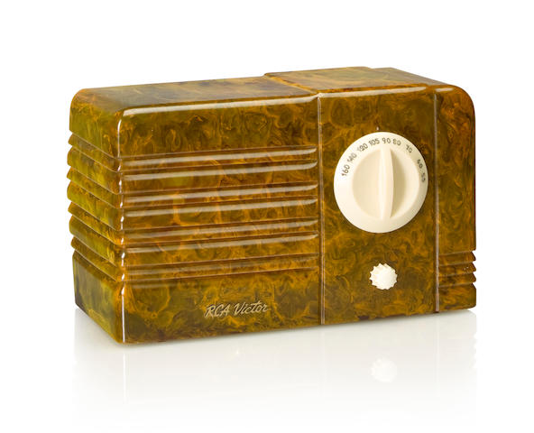An RCA 9TX Little Nipper 1939 Marbleized green case with white dial and knob, RCA decal. height 5 1/4in (13.4cm); length 8 1/2in (21.5cm); depth 4in (10.2cm)