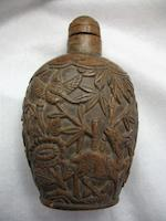 A carved coconut shell snuff bottle  1880-1940