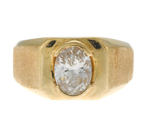 An oval diamond gent's ring in 14k gold, est. 1.74cts