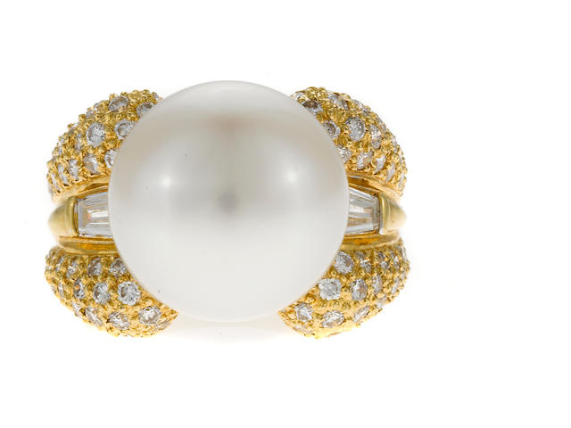 A South Sea pearl and diamond ring in 18k gold