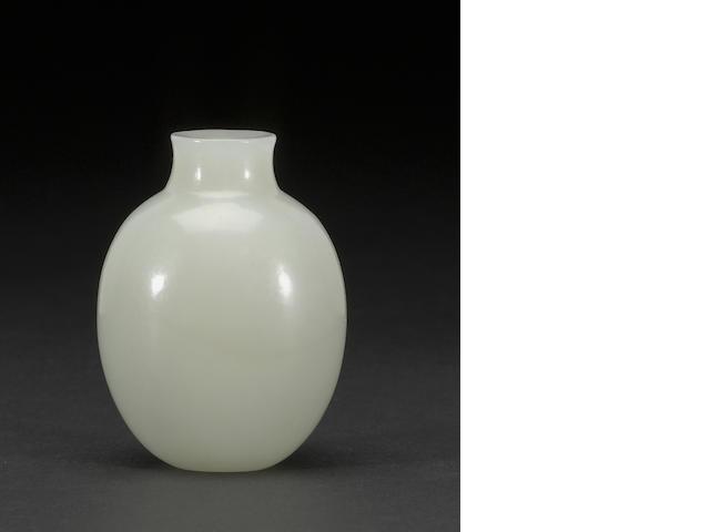 A white nephrite snuff bottle