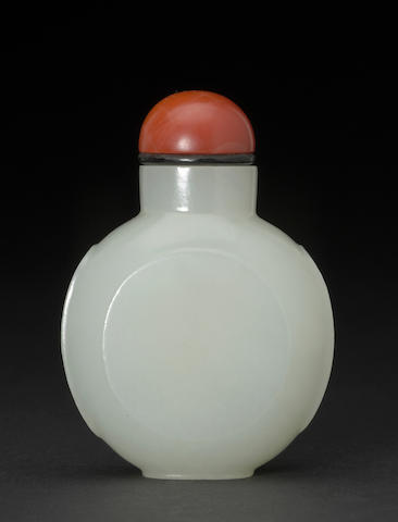A white nephrite snuff bottle