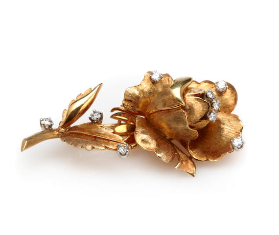 A diamond and 18k gold flower brooch,