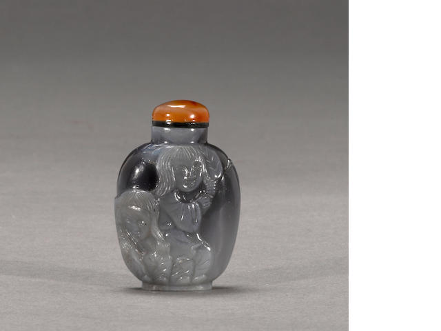 A black and white agate snuff bottle