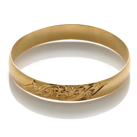 An 18k gold bangle with floral engraving