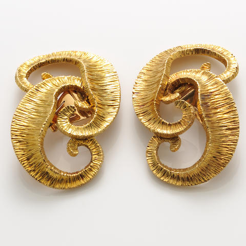A pair of 18k gold pendant earclips