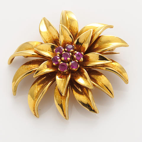 A ruby and 18k gold brooch,