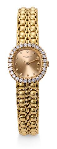 Patek Philippe. A fine 18K gold lady's bracelet watch set with diamondsRef:4772 / 2, Case no. 2833854, Movement no. 1602024