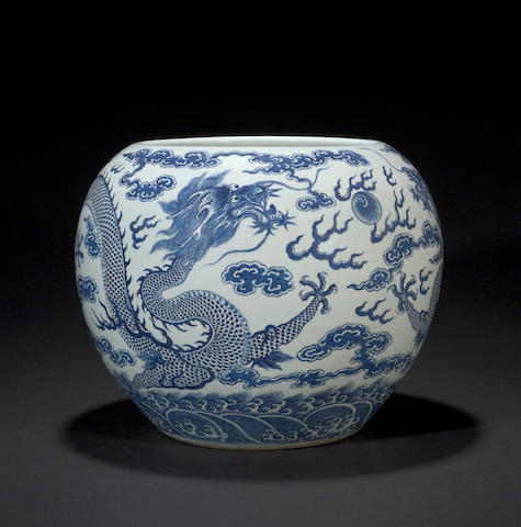 A large blue and white porcelain globular jardinière with dragon decoration Late Qing/Republic period
