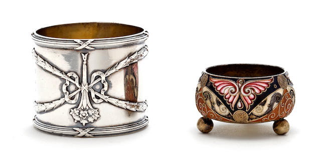 A Russian parcel gilt 84 standard silver napkin ring and a small Russian 84 standard silver and enamel salt cellarby the Faberge firm, Moscow, 1899-1908