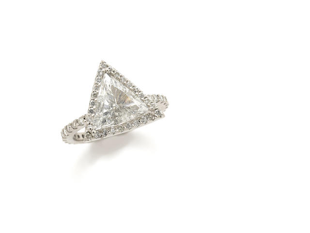 A triangular diamond and 4k white gold ring