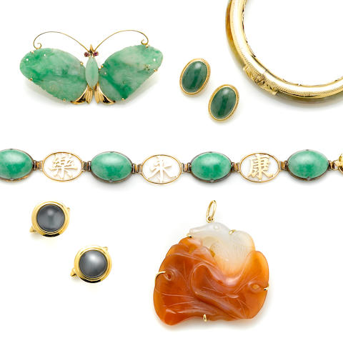 A jade and 14k gold bangle bracelet together with a group of 5 jade and star sapphire pieces