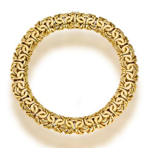 A fourteen karat gold necklace