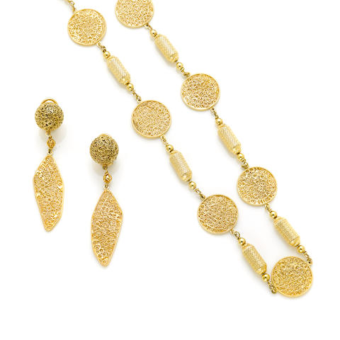A 14k gold wire disk and barrel long chain necklace and pair of earrings
