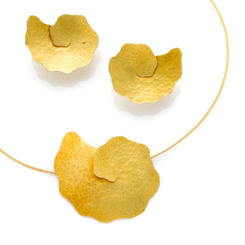 An 18k gold necklace and matching pair of earrings,