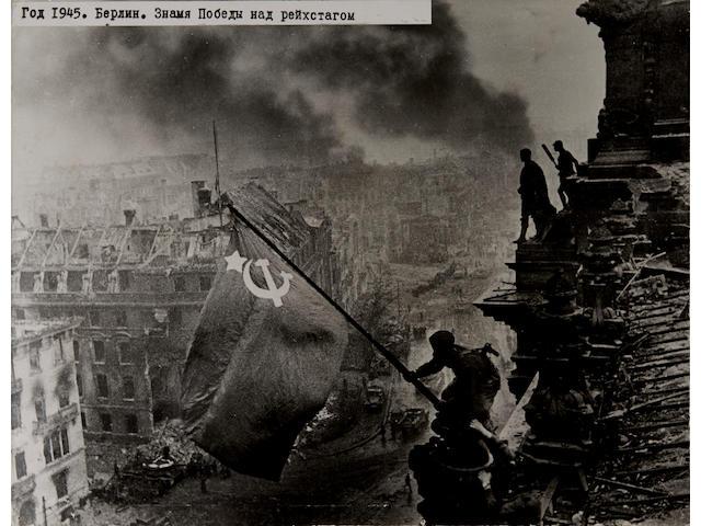 KHALDEI, YEVGENI. 1917-1997. Berlin. Znamya Pobedy nad reikhstagom