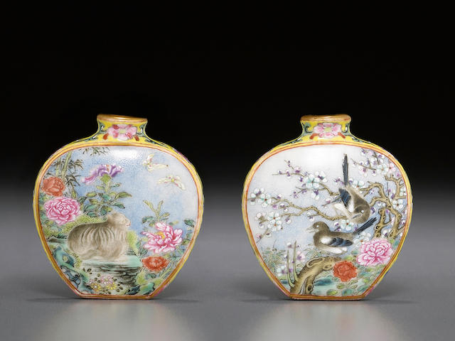 A famille rose enameled and gilt-decorated porcelain snuff bottle  Qianlong mark, 1790-1850