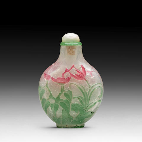 A RED AND GREEN OVERLAY GLASS SNUFF BOTTLE 1780-1850