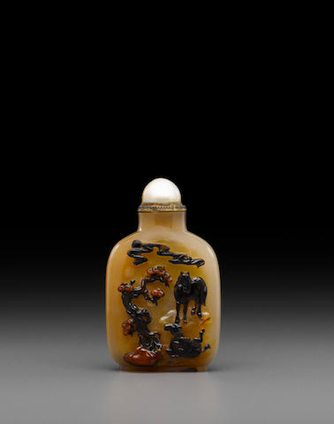 A finely carved cameo agate snuff bottle  Probably Imperial, Official School, 18th/19th century