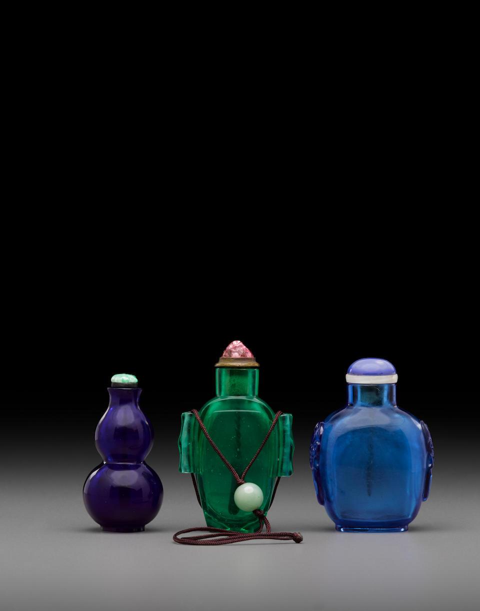 Three monochrome glass snuff bottles 18th/19th century (3)